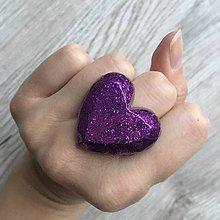 Prstene - Živicový prsteň fialové srdce - 11402407_