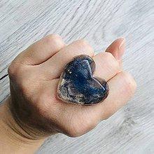 Prstene - Živicový prsteň srdce modrý list - 11402433_