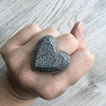 Prstene - Živicový prsteň strieborné srdce - 11402453_