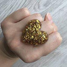 Prstene - Živicový prsteň zlaté srdce - 11402463_