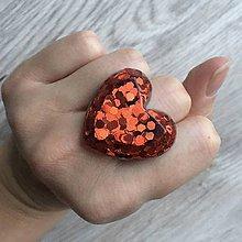 Prstene - Živicový prsteň červené srdce - 11402473_