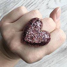 Prstene - Živicový prsteň ružové srdce - 11402522_