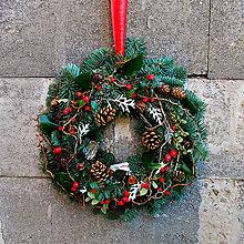 Dekorácie - Veniec na dvere vianočný, čečinový , prírodný s bobuľami a šiškami - 11402980_