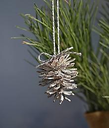 Dekorácie - Ozdoba na stromček Biela šiška - 11404155_