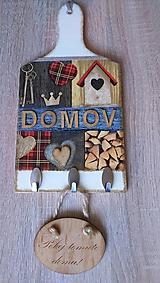 Nábytok - Vešiak s textom DOMOV - na dekoračnom lopáriku - 11403253_