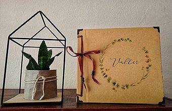 Papiernictvo - Fotoalbum klasický, papierový obal so štruktúrou plátna smotanovej farby s potlačou (Fotoalbum klasický, papierový obal so štruktúrou plátna smotanovej farby s ľudovou potlačou greenery var 2) - 11402248_