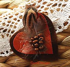 Odznaky/Brošne - poľovnícka brož srdce bažantie pierko - 11406132_