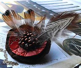Odznaky/Brošne - poľovnícka brož kruhová bažantie pierko - 11406139_