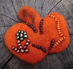 Odznaky/Brošne - plstené brošňové jabĺčko s kvietkom - 11409593_