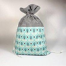 Úžitkový textil - Veselé bavlnené vrecúško 25x37cm (svetlotyrkysové kvietky) - 11409239_