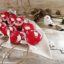 Dekorácie - Vianočný oriešok - Vtáčik a vianočná láska (červená) - 11409872_