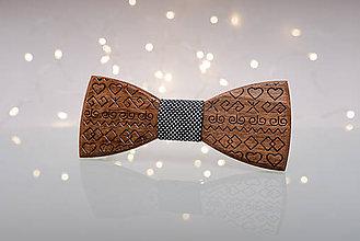 Doplnky - Gravírovaný drevený motýlik - 11411957_