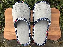 Šedé papuče s pásikom