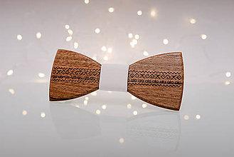 Doplnky - Gravírovaný drevený motýlik - 11413822_