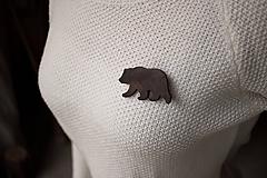 Odznaky/Brošne - Drevená brošňa medveď - 11414832_
