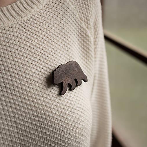 Drevená brošňa medveď