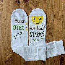 """Obuv - Maľované pánske ponožky s nápisom : """"Super OCKO (starký)/ ešte lepší DEDKO (prastarký)"""" (biele 4) - 11415450_"""