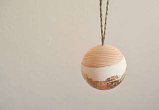 Dekorácie - Vianočná drevena guľa 5cm - 11413931_