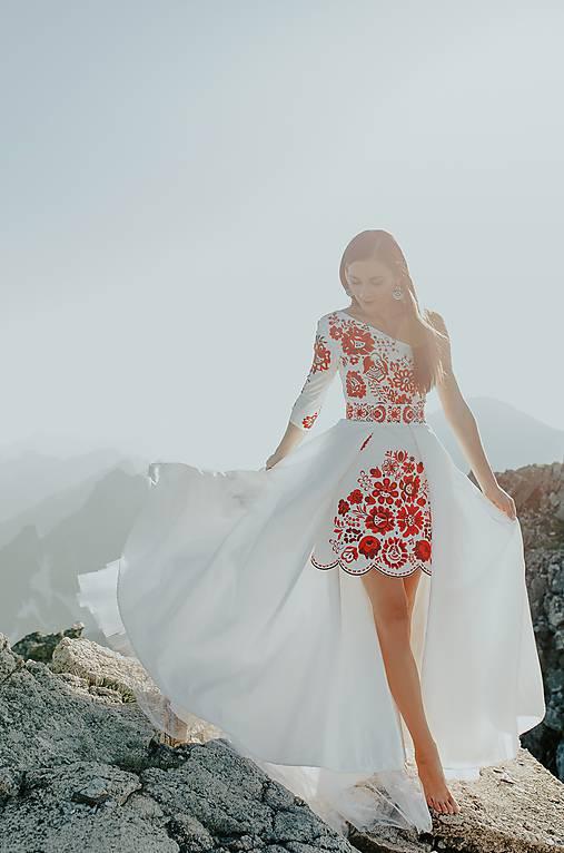 bielo červené vyšívané šaty Poľana