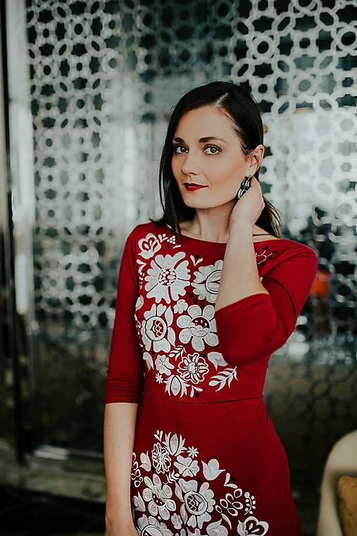 zľava -30% Fuchsiové vyšívané šaty Poľana