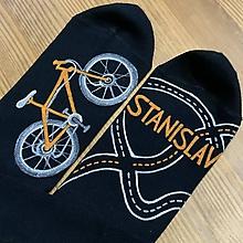 Obuv - Maľované čierne ponožky s bicyklom a menom (Biela + oranžová) - 11417968_