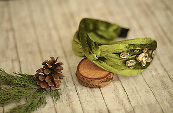 Ozdoby do vlasov - Luxusná vystužená  zamatová čelenka (Olivová s ručne našívanými kriśtáľmi) - 11421003_