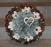 Dekorácie - Veľký šiškový spomienkový veniec s kvetmi anemone - 11422366_
