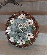 Dekorácie - Veľký šiškový spomienkový veniec s kvetmi anemone - 11422367_