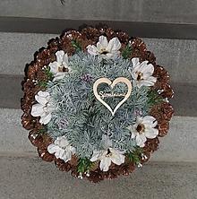 Dekorácie - Veľký šiškový spomienkový veniec s kvetmi anemone - 11422368_