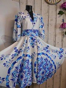 "Šaty - FLORAL FOLK "" Slovenská ornamentika"" midi spoločenské šaty modrý akvarel (Biela + tyrkysový akvarel) - 11422424_"