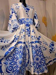 "Šaty - FLORAL FOLK "" Slovenská ornamentika"" midi spoločenské šaty modrý akvarel (Biela + bledomodrý akvarel) - 11422453_"
