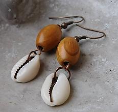 Náušnice - mušličkové drevené náušničky - 11422767_