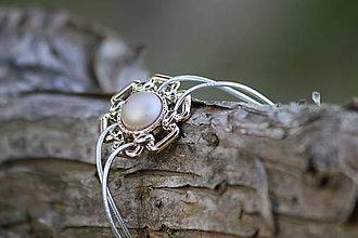 Náramky - Strieborno- biely gumičkový náramok - 11425087_