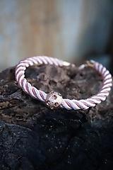 Ružový náramok z točenej šnúry