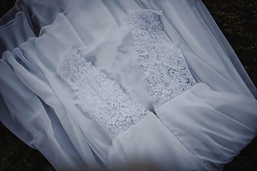 Svadobné šaty s modrou výšivkou