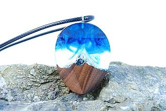 Náhrdelníky - Polárna žiara- Drevený živicový náhrdelník - 11432331_