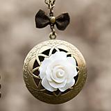 Náhrdelníky - Medailón s bielou ružou - 11433246_