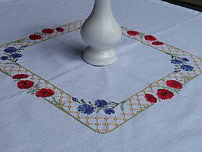 Úžitkový textil - Ručne vyšívaný štvorcový obrus s nevädzou a divými makmi - 11435567_