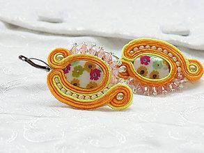 Náušnice - Oranžovo žlté šujtášové náušnice s perleťou - 11437581_