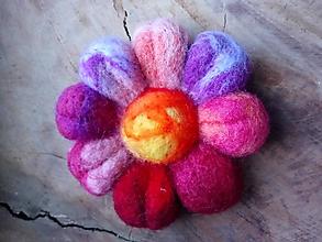Odznaky/Brošne - Plstená brošňa farebný kvet - 11437474_