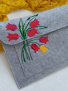 Na notebook - Tulipány (ručne vyšívaná taška) - 11438357_