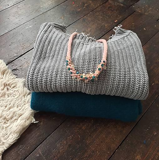 Pudrový pošitý perlami