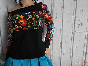 Mikiny - FLORAL FOLK - mikina čierna, predĺžená, s folk vzorom s upraveným strihom kapucňa + zapínanie na zips (Mikina čierna folk vzor) - 11444147_