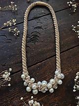 Náhrdelníky - Béžový náhrdelník pošitý perlami - 11445342_