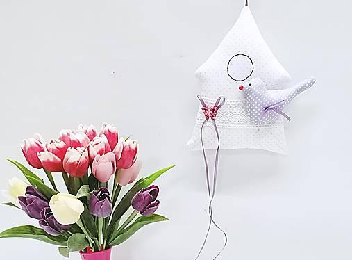 Jarný pastelový domček bielo-fialový