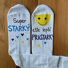 """Obuv - Maľované pánske ponožky s nápisom : """"Super OCKO (starký)/ ešte lepší DEDKO (prastarký)"""" (biele 2) - 11458415_"""