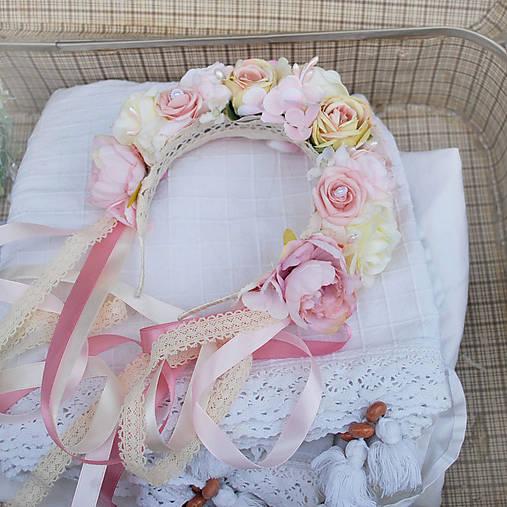 Parta z ruží a pivoniek s perličkami púdrová, ružová, krémová