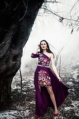 Šaty - Krátke fialové šaty s vlečkou Poľana - 11465349_