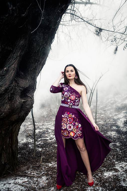 Krátke fialové šaty s vlečkou Poľana