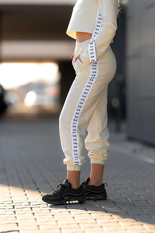 Teplákové nohavice s lampasom vanila